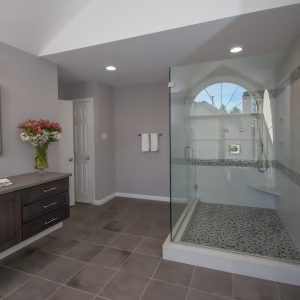 Walk-In Shower Vs. Tub – Which One is Right For You?